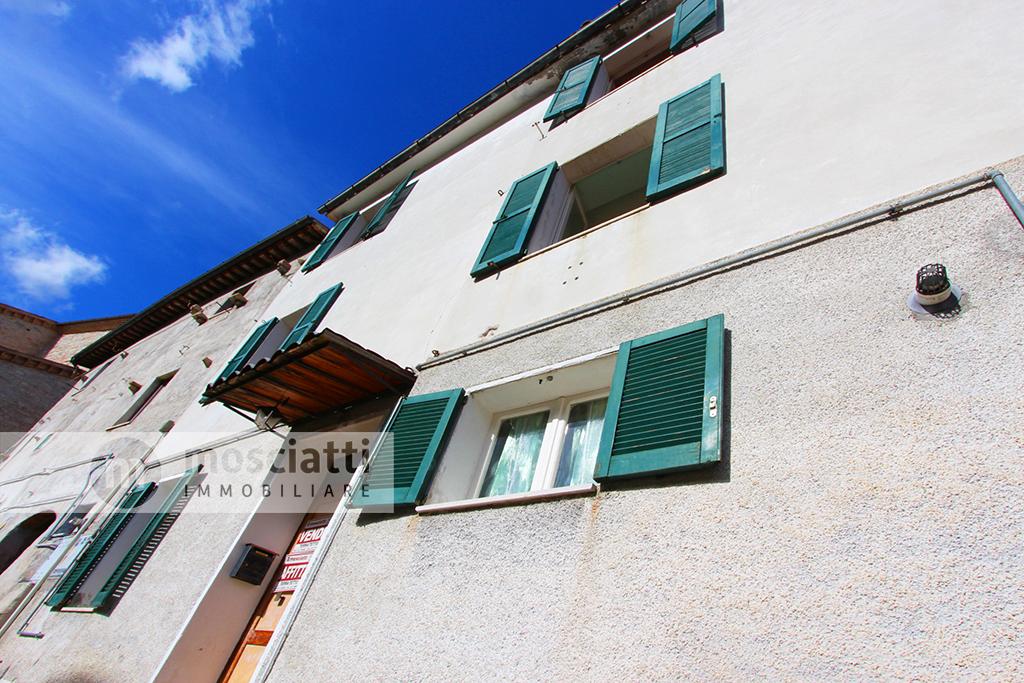 Esanatoglia, centro storico, vendita terra-tetto Via Case Vecchie - 1