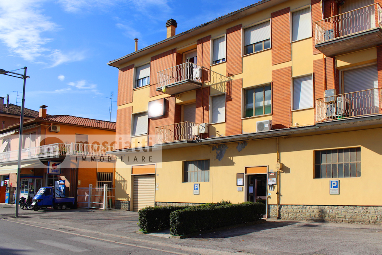 Matelica, Quartiere Regina Pacis, Viale Martiri della Libertà, vendita appartamento e ampio garage - 1