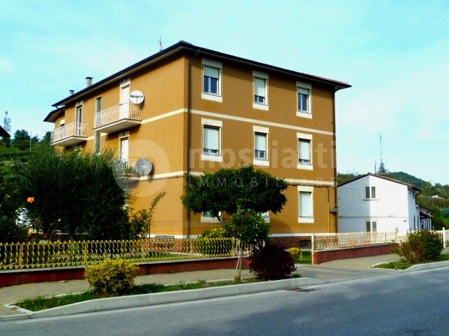 Esanatoglia Via Roma, vendesi appartamento con due balconi, cantina e garage. - 1