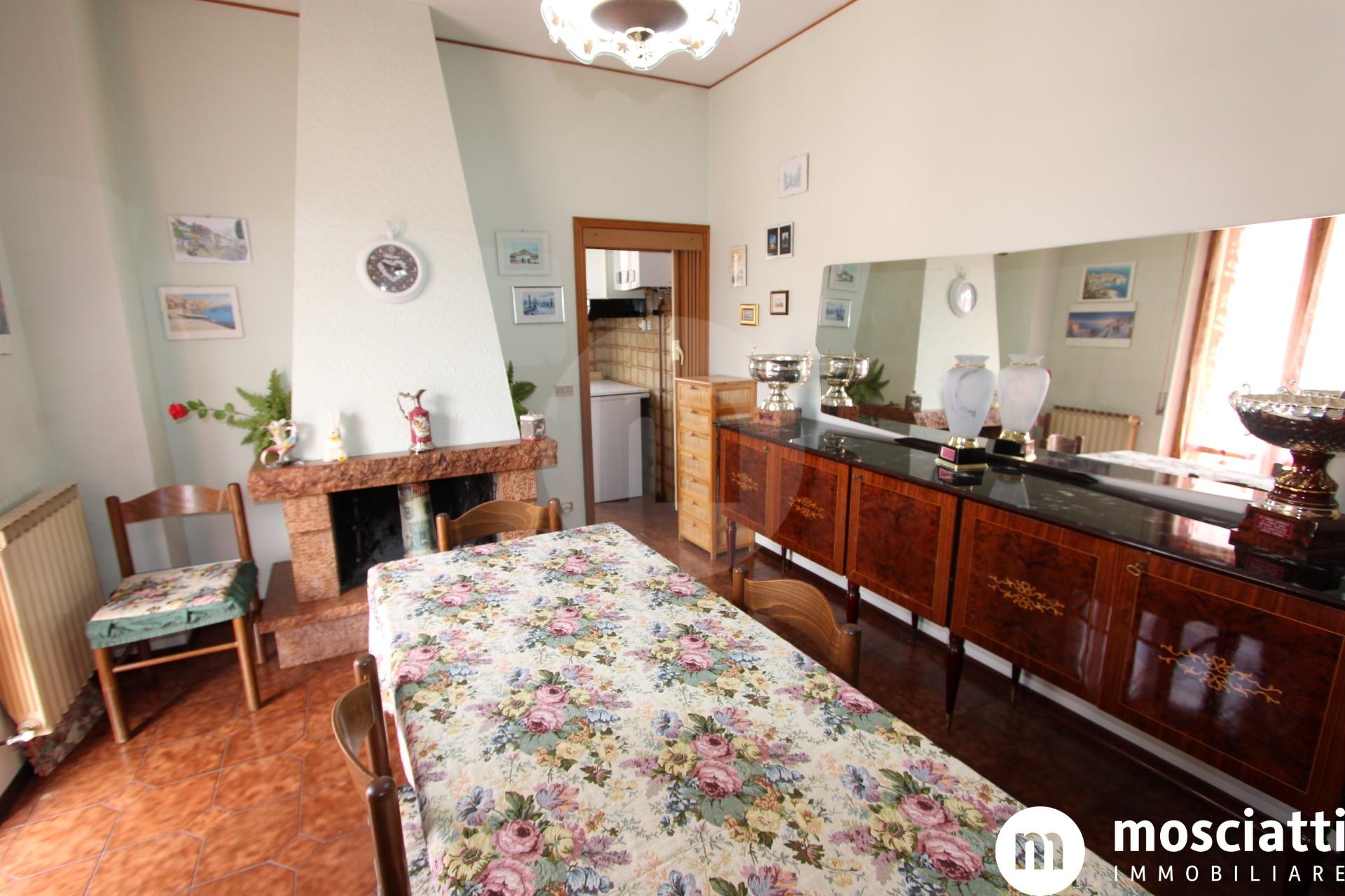 Esanatoglia Viale Europa, vendesi appartamento al secondo piano con garage - 1