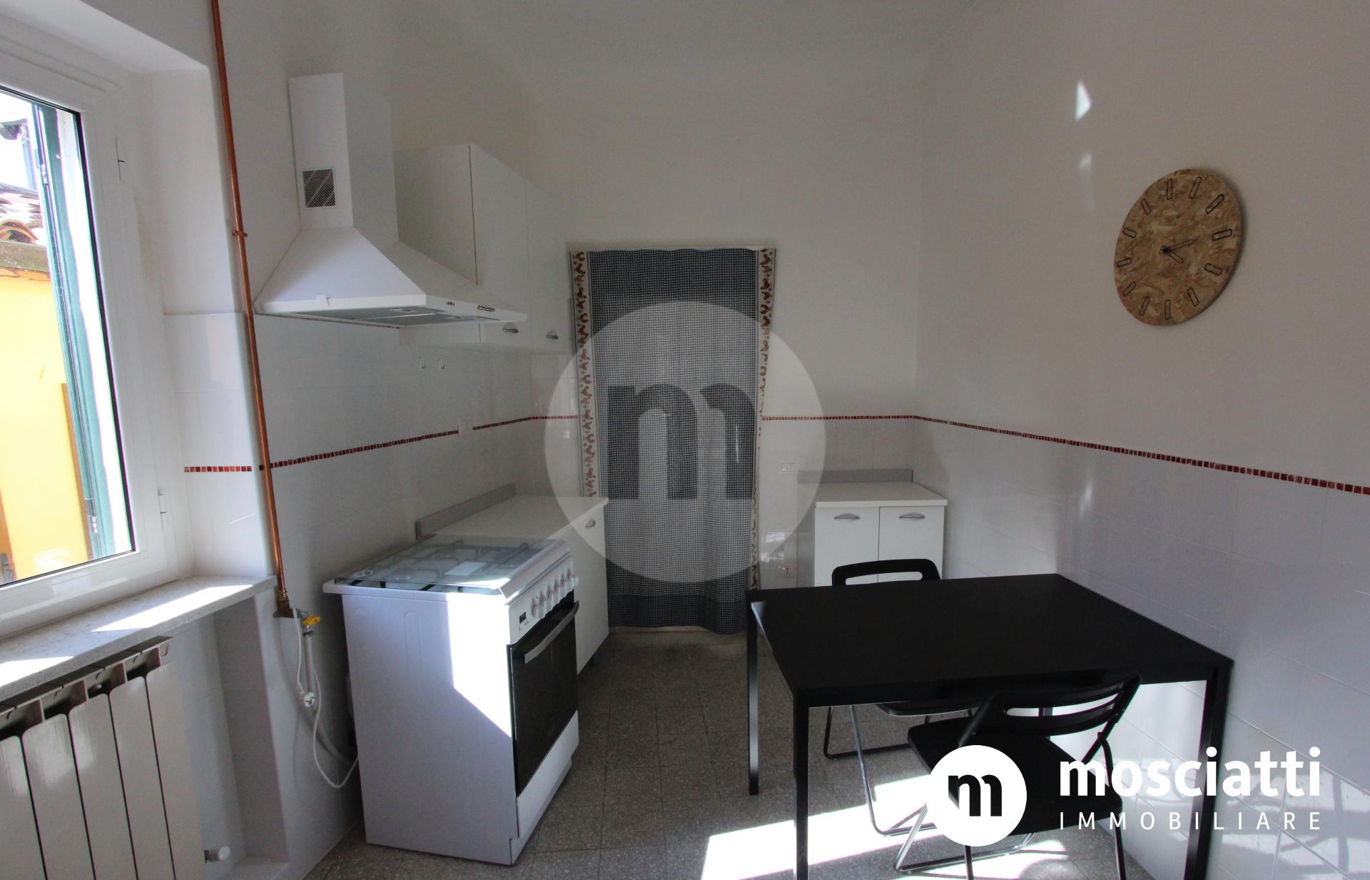 MATELICA, Centro Storico in Piazza Leopardi, vendesi APPARTAMENTO cod - 1