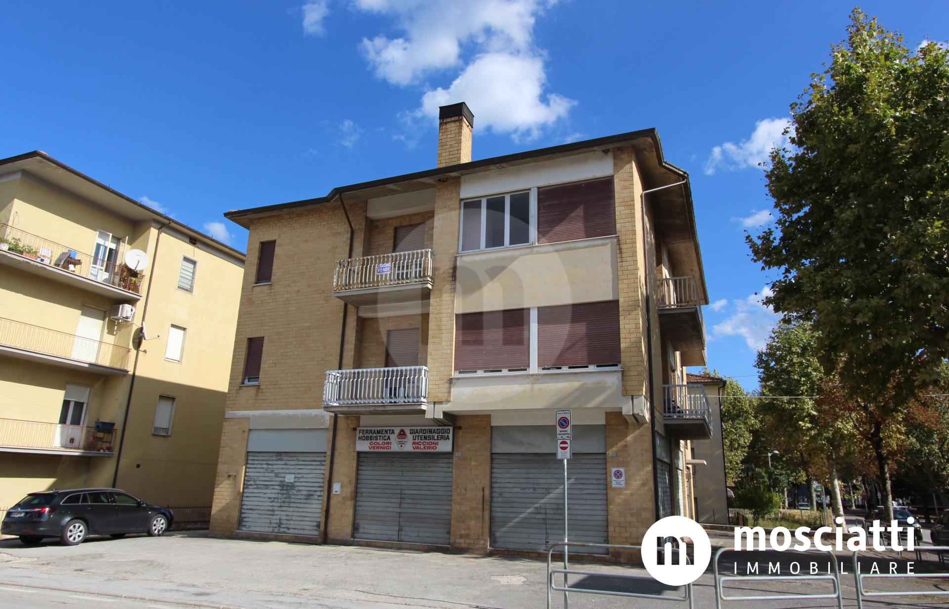 Matelica, Viale Europa, vendesi appartamento, garage e negozio - 1