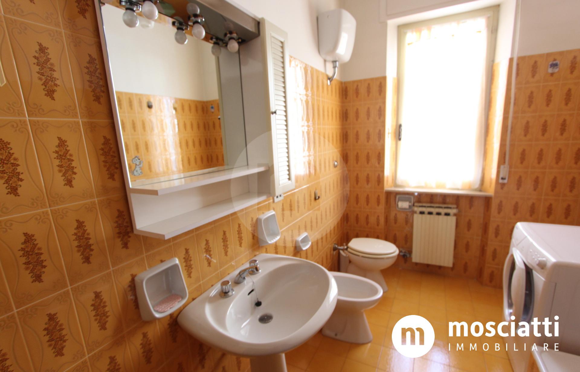 Castelraimondo, Via Enrico Mattei, vendesi appartamento al piano primo con garage - 1