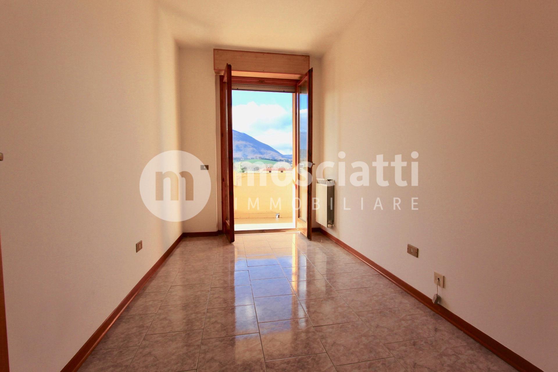 Matelica, Quartiere Regina Pacis, Via Guido Rossa, Vendesi Appartamento al Terzo piano - 1