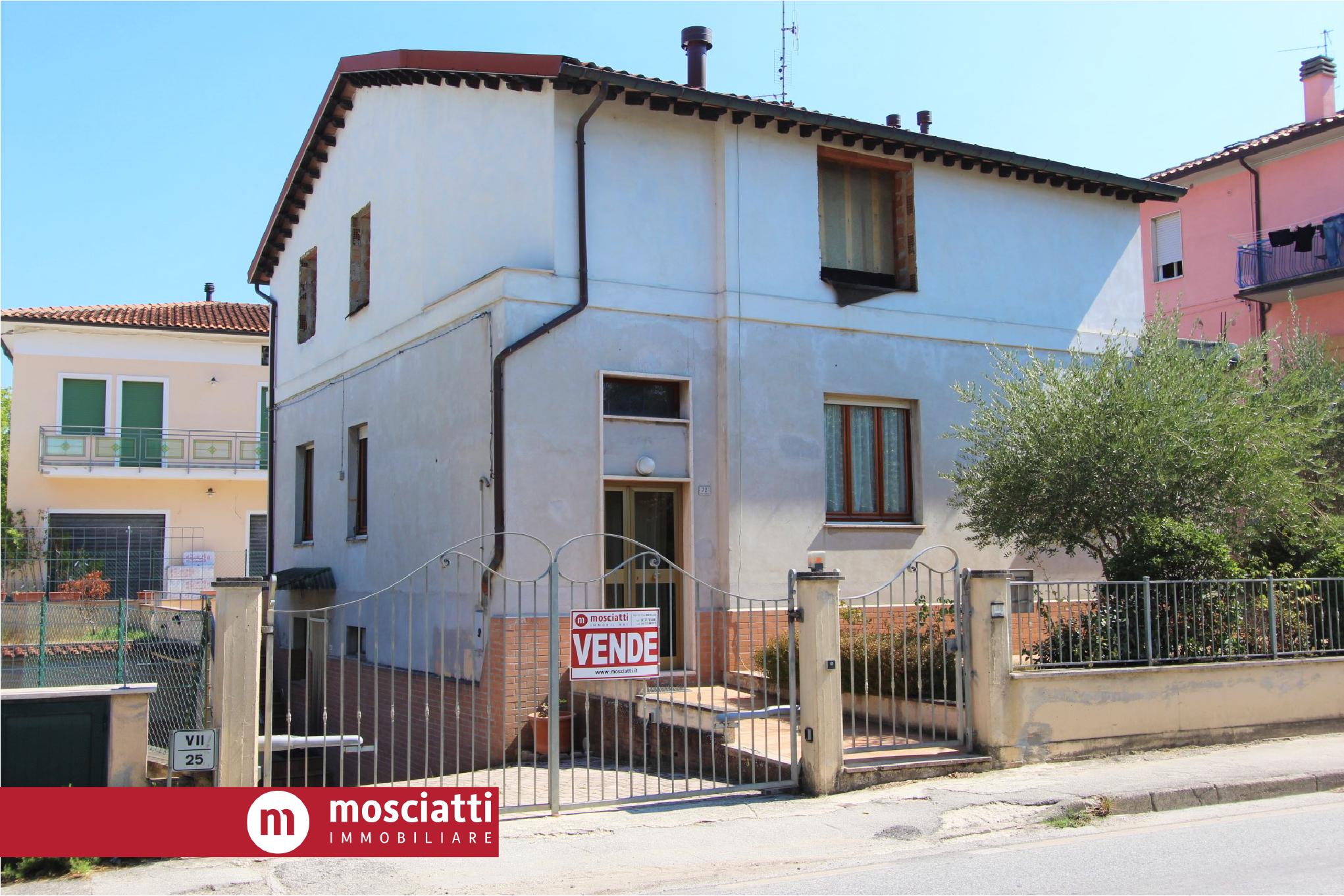 MATELICA, Quartiere Regina Pacis, Viale Cesare Battisti, vendiamo ABITAZIONE SINGOLA con corte - 1